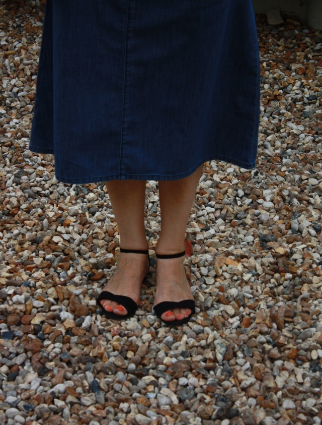 chaussures_noires_jupe_denim
