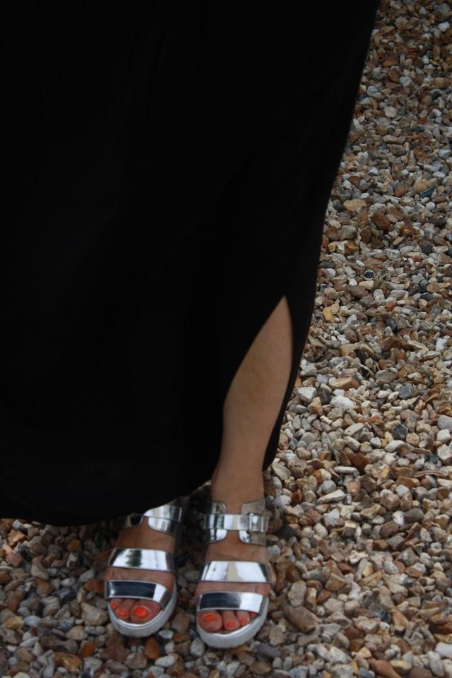 jupe longue noire_chaussures silver