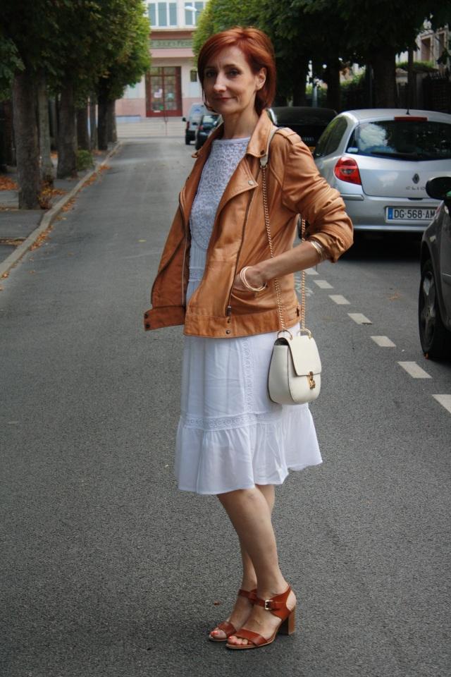 robe blanche et veste camel