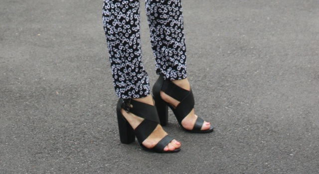 top noir et pantalon graphique 4