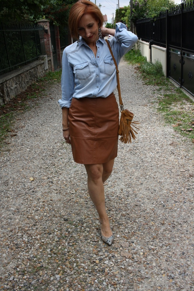 denim_shirt_leather_skirt_3