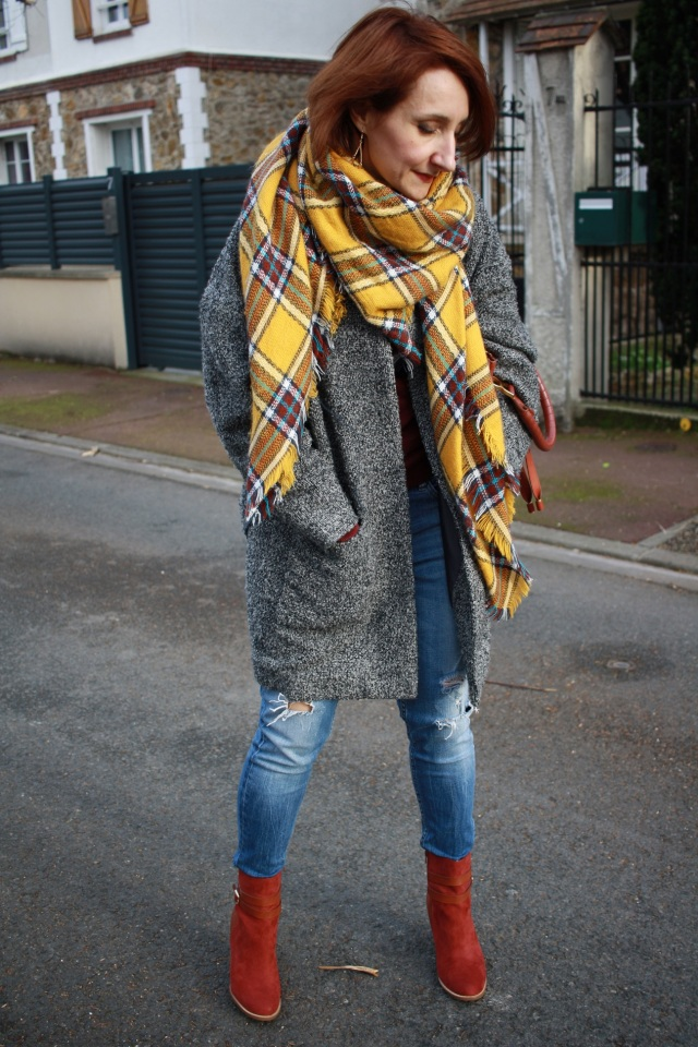 bottines_jean_bleu_troue_manteau_bouclette_gris