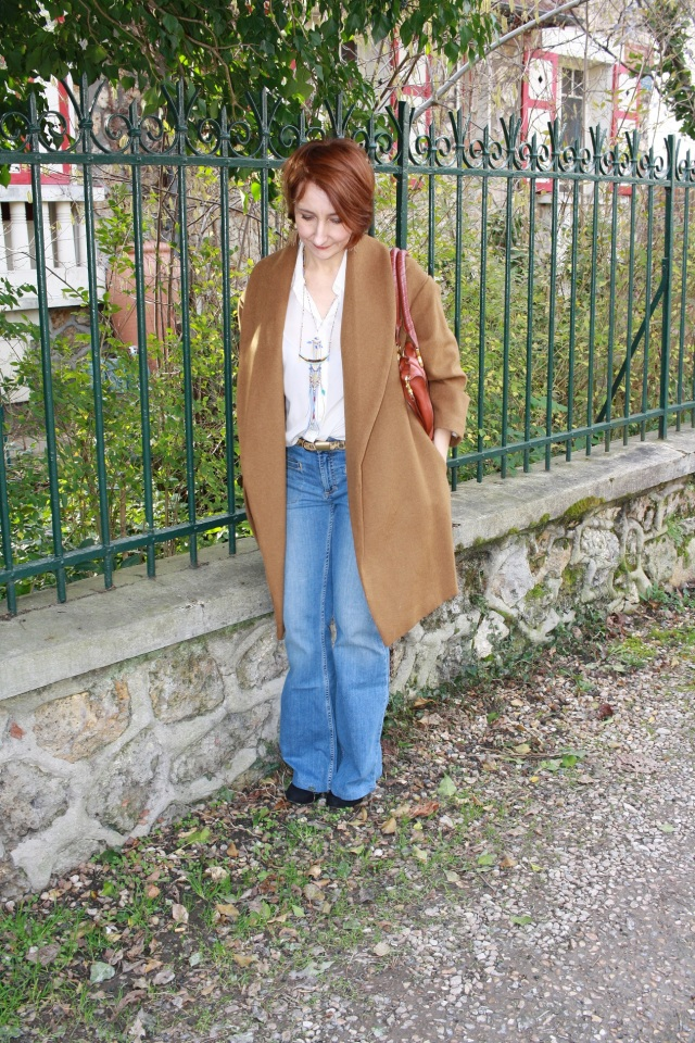manteau_camel_jean_flare_chemise_blanche